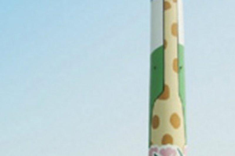 木柵焚化廠經過長年風吹日曬,煙囪上的長頸鹿圖樣已斑駁掉漆。(資料照,取自台北市環保局)