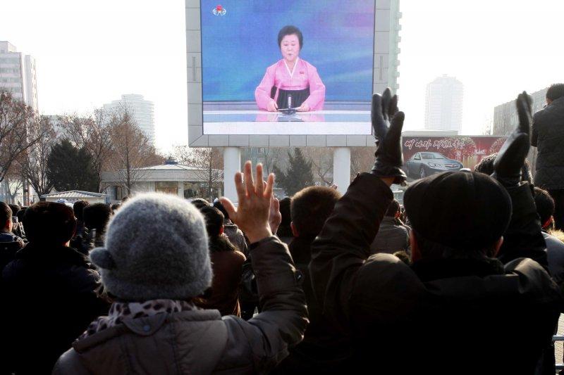 北韓民眾在平壤火車站外觀看氫彈測試成功的新聞。(美聯社)