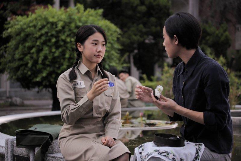 日本戰敗、國民黨來台後,學生身上的水手服成了卡其裝,政府也開始「國語運動」(圖/燦爛時光@facebook)