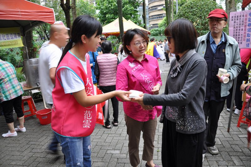 范雲與志工上街宣傳政治理念。(照片/范雲競選總部 提供)