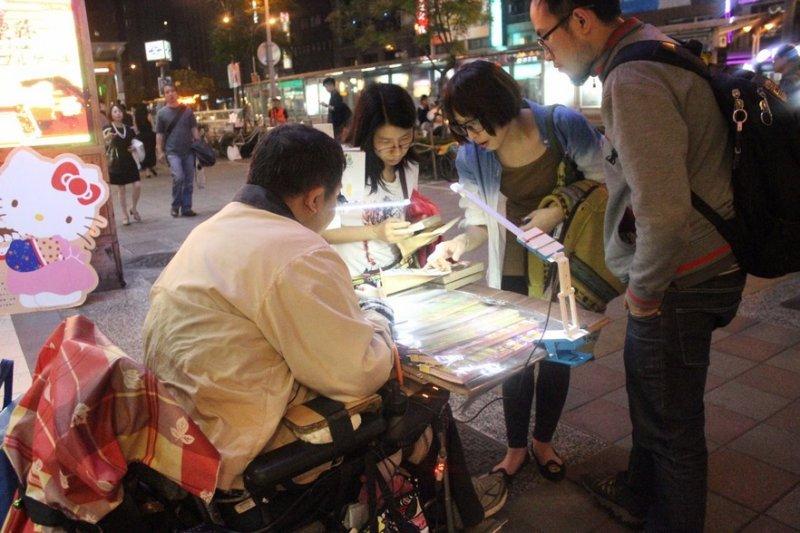 無法對街頭問題視而不見,就是「人生柑仔店」計劃成形的起點(圖/Vstory)