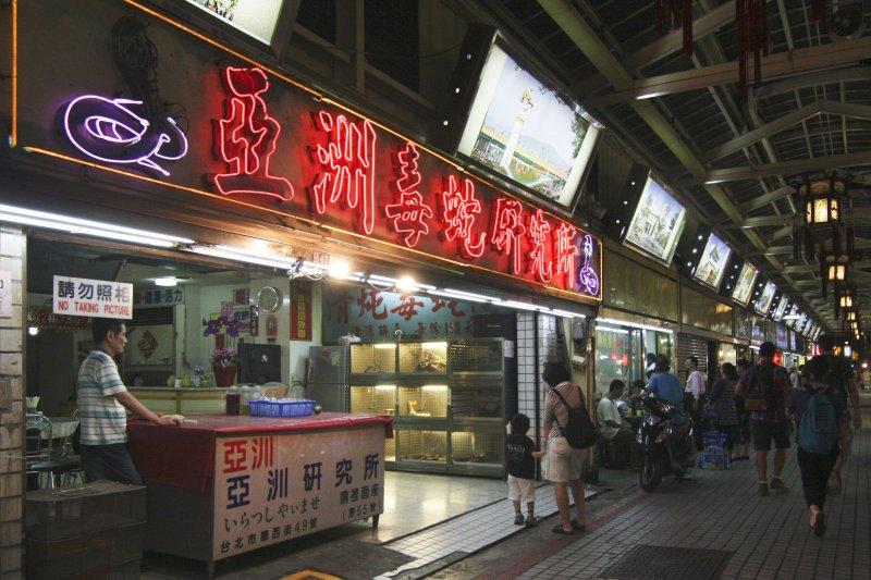 早期風化區、蛇店,體驗蛇湯,通常制式行程會避開這些活動,一名外國記者卻深入華西街看見最真實台灣(圖/TeddyKwok@flickr)
