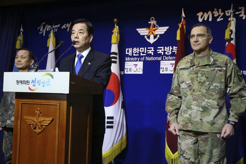 南韓國防部長韓民求在駐韓美軍司令斯卡帕洛蒂(右)的陪同下,宣布對北韓的心戰廣播。(美聯社)