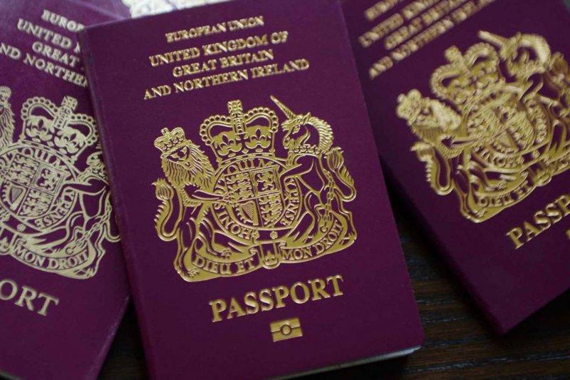 英國新版護照封面仍然沿用了舊版的酒紅色設計傳統。(圖/www.independent.co.uk)