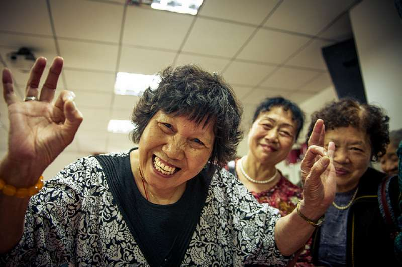 世界衛生組織(WHO)早在多年前即推廣「8020」牙周病防治運動,亦即銀髮族到了80歲,口裡平均仍能保有20顆真牙的目標。然而,中華民國牙醫師公會全國聯合會理事長謝尚廷表示,目前牙周病統合照護計畫已讓全國牙醫師「虧」了11億。(資料照,圖取自PROTauno Tõhk 陶諾@flickr)
