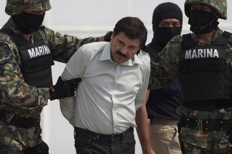 墨西哥頭號毒梟古茲曼(Joaquín Guzmán Loera)上一回落網的狼狽模樣(美聯社)