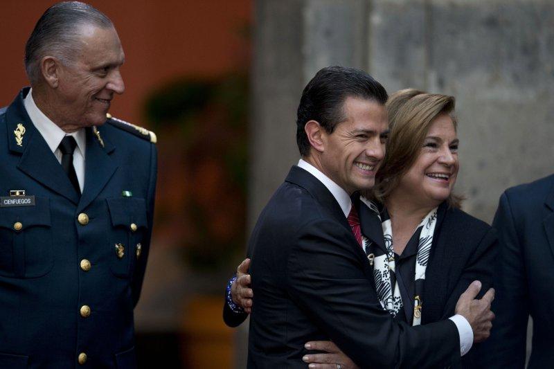 墨西哥頭號毒梟古茲曼落網,總統潘尼亞涅托(Enrique Peña Nieto,中)喜上眉梢(美聯社)