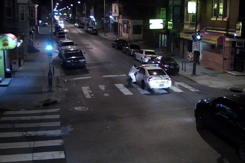 凶嫌阿徹對費城警察開槍的監視器畫面。(美聯社)