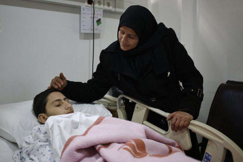 敘利亞小鎮富阿(al-Foua)醫院的病童和他的母親(美聯社)