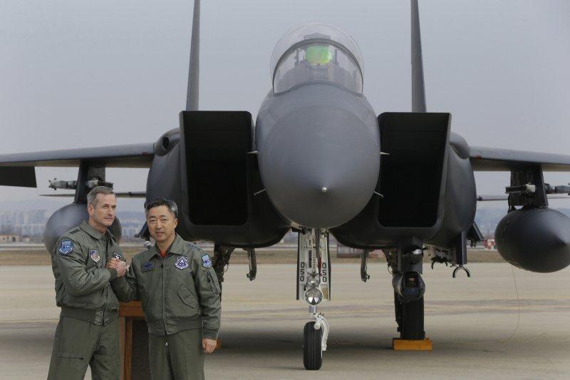 南韓空軍作戰司令李旺根和美國空軍第7航空軍(Seventh Air Force)司令歐肖內西(Terrence J. O'Shaughnessy)10日聯合發表聲明(美聯社)