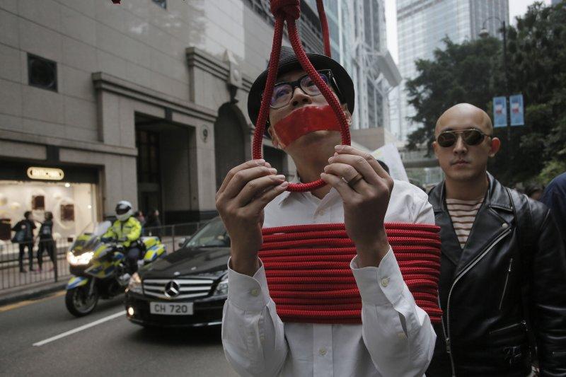 香港民眾10日上街示威,要求中國釋放銅鑼灣書店失蹤5人,藝術家以表演反諷中國鉗制言論自由(美聯社)