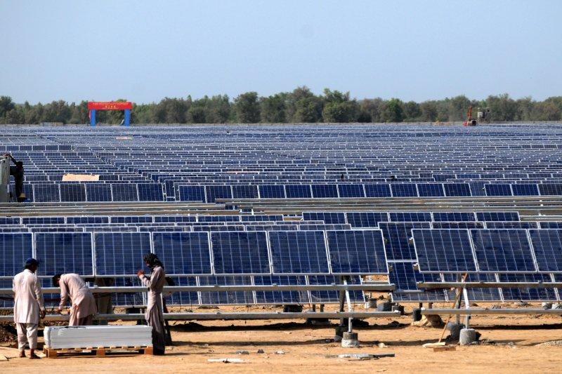 2015年8月28日,在巴基斯坦旁遮普省巴哈瓦爾布爾地區,巴基斯坦工人在中興能源公司的900兆瓦光伏地面電站工作。(新華社)