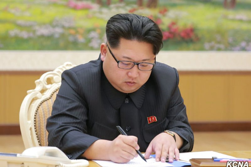 北韓最高領導人金正恩2015年12月15日下令舉行第一顆氫彈試爆,2016年1月3日在最終命令書上簽字。(朝中社)
