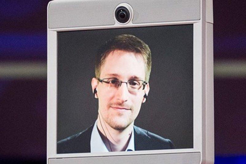 美國國安局前雇員史諾登7日藉由會議機器人現身。(取自推特)