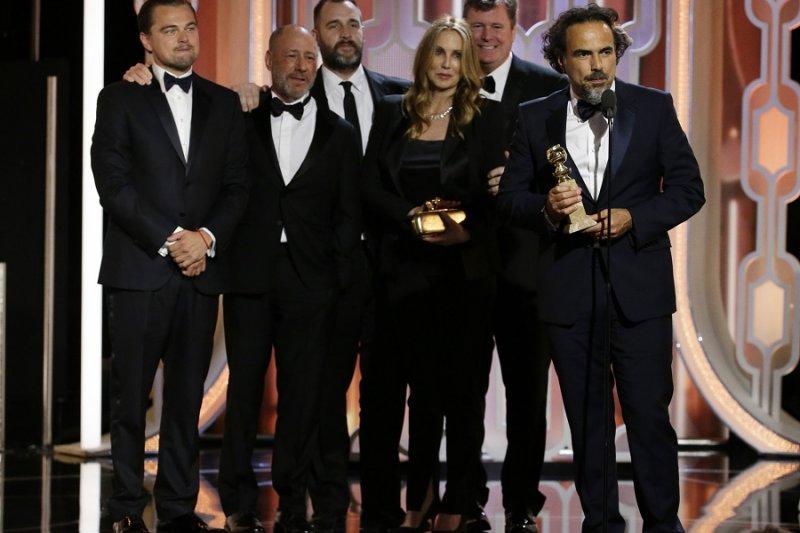 《神鬼獵人》贏得最佳影片,持獎盃者為導演阿利安卓崗札雷伊納利圖(美聯社)