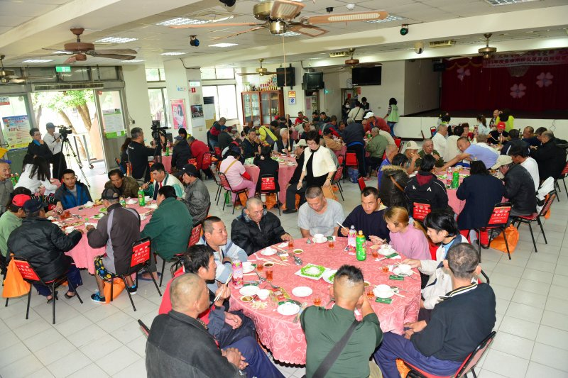 台南市社會局12日舉辦街友尾牙感恩餐會,替街友們提前過年。(台南市提供)