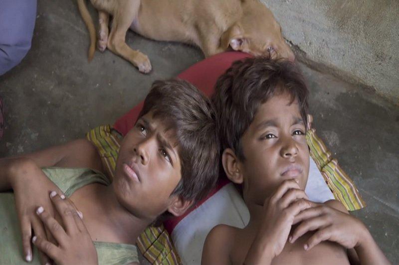 電影《披薩的滋味》描述印度貧民窟小孩的生活困境(圖截自youtube)