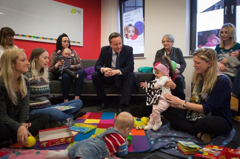 英國首相卡麥隆11日訪視育子輔導課程(美聯社)