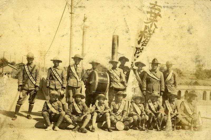 1935年11月22日台灣舉行首次的選舉,政府更展開許多宣傳,希望居住在台灣的民眾不要忘記手中的一票。圖為啟明青年團宣傳隊於當天在高雄進行宣傳。(串門文化林育如提供)