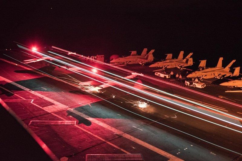 一架F/A-18F超級大黃蜂降落在杜魯門號航空母艦的光影。(美國海軍官網)