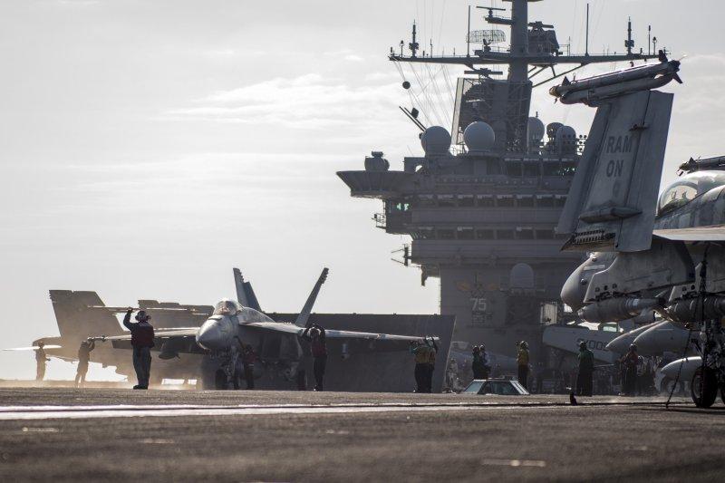 杜魯門號航空母艦上的超級大黃蜂正在準備起飛。(美國海軍官網)