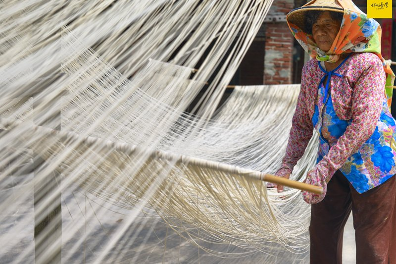 福鄉興林張玉枝阿嬤從七歲就開始學製麵線,現在已交棒給下一代。