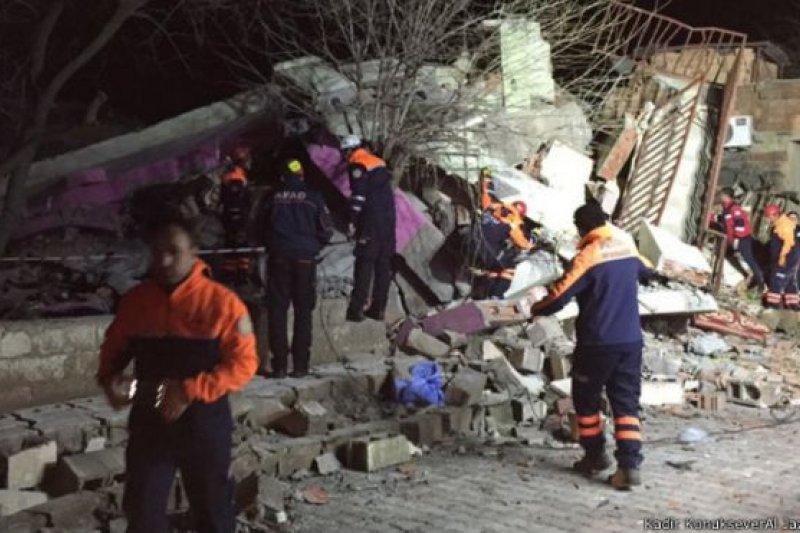 救援人員正在迪亞巴克爾省辛奈爾地區的瓦礫堆中尋找生還者。(BBC中文網)