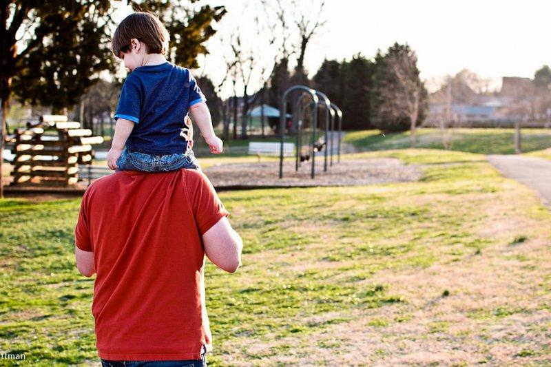 為搶救日漸低迷的生育率,政府除了讓產婦有坐月子假外,或許也該來個「產翁假」(圖/TrevorPittman@flickr)