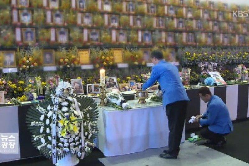 南韓壇等高中12日舉行畢業典禮,會場放上罹難學生的照片,期盼他們在天國也能一同感受畢業的喜悅。(翻攝影片)