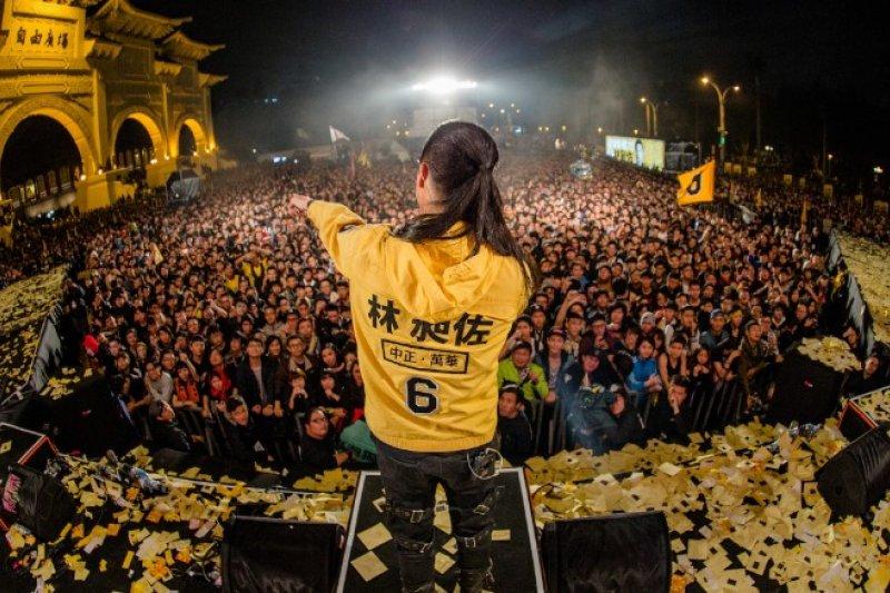CNN轉訪林昶佐指出,這位有著刺青、綁著馬尾的亞洲知名重金屬樂團主唱,很明顯的不是你認識中的政治人物。(取自CNN)