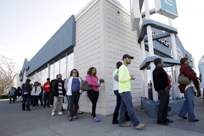 加州聖洛里索居民買威力球的人龍。(美聯社)
