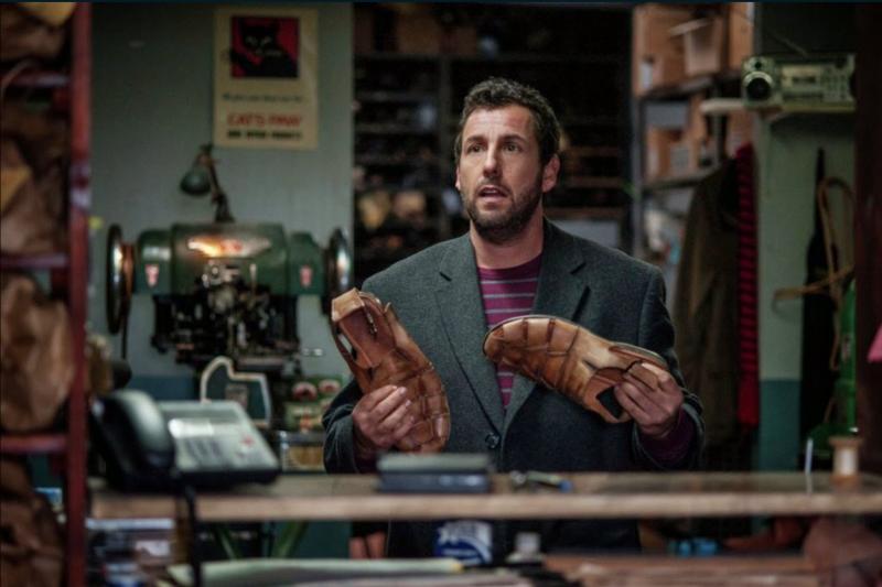 在《命運鞋奏曲》與心愛的皮鞋對戲的亞當山德勒。(取自網路)