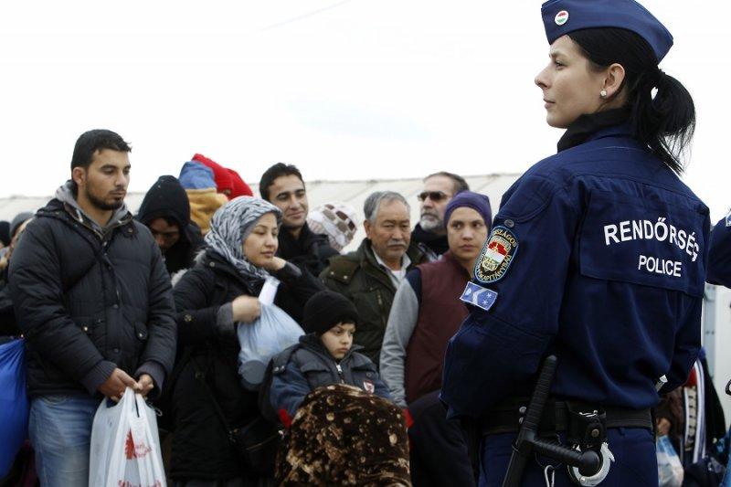 於馬其頓維持難民北進秩序的匈牙利警察。(美聯社)