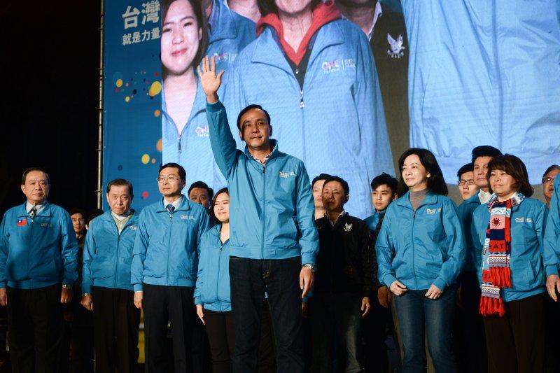 國民黨在2016總統暨立委選舉當中遭遇到前所未有的潰敗,宣布辭去黨主席的朱立倫在演說結束後向支持群眾揮手感謝。(林俊耀攝)