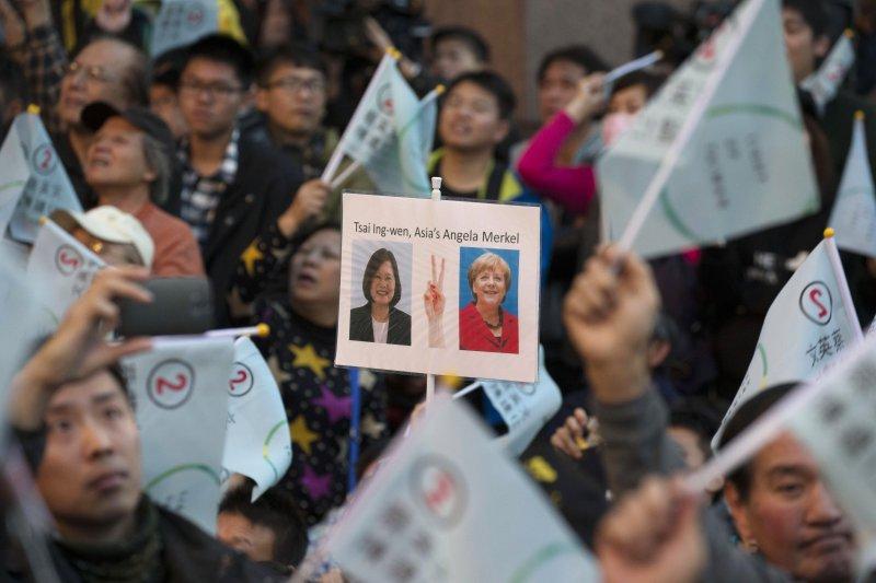 民進黨總統候選人蔡英文發表當選感言,支持者揮舞旗幟與海報(美聯社)
