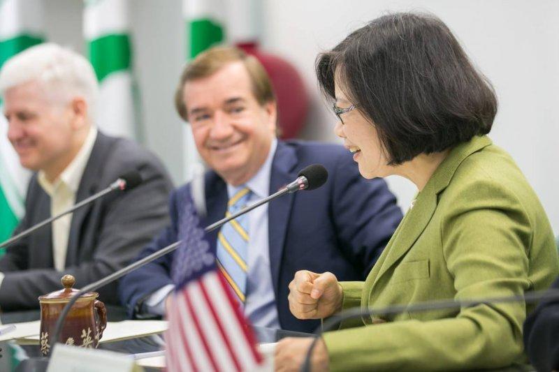 美國眾院外委會主席羅伊斯(中)2015年3月訪台,拜會蔡英文(右)。(取自羅伊斯臉書)