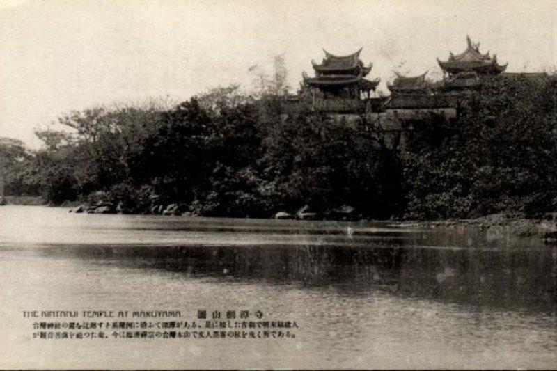 日本時代明信片上的台北圓山劍潭寺。(圖/貓頭鷹出版)
