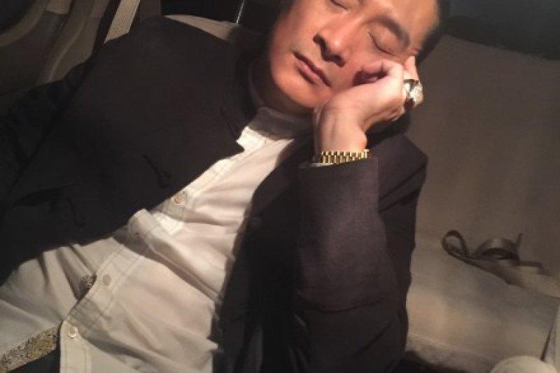 黃安稱「沒因揮國旗舉報周子瑜」,但他在微博的發文卻打臉自己。(取自黃安微博)