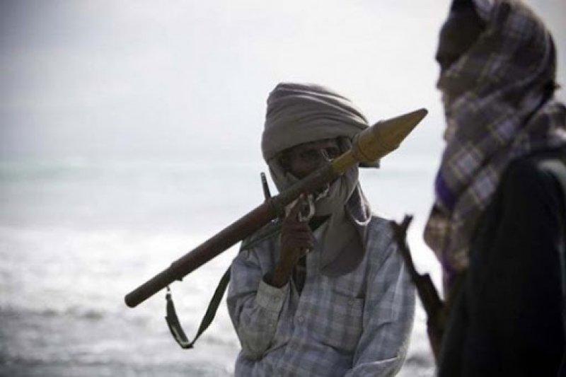 索馬利亞海盜擄船押人勒索鉅額贖金的不法行徑令國際社會深感頭疼,然而台灣政府與民眾在同聲譴責之際,是否也曾反思台灣設備先進的遠洋捕漁船,為了自身利益從事非法捕撈行為所帶給他國人民的傷害?(取自網路)