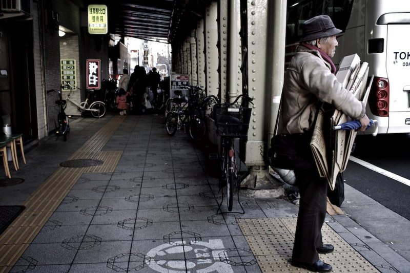 照顧老人的通常也是老人,爸媽過世後,遠離職場十數年的中年人該何去何從?(圖/moriakimitsuru@flickr)