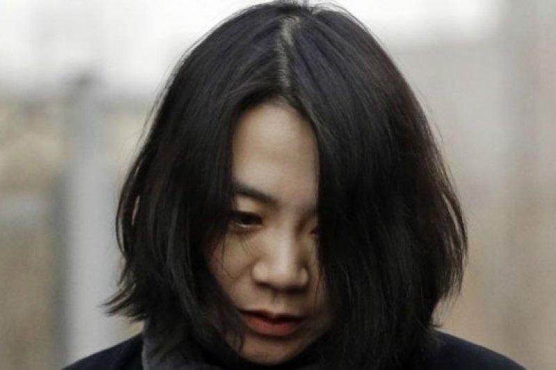 趙顯娥是韓國家族財團韓進集團會長趙亮鎬之女,韓進集團是大韓航空的母公司。(BBC中文網)