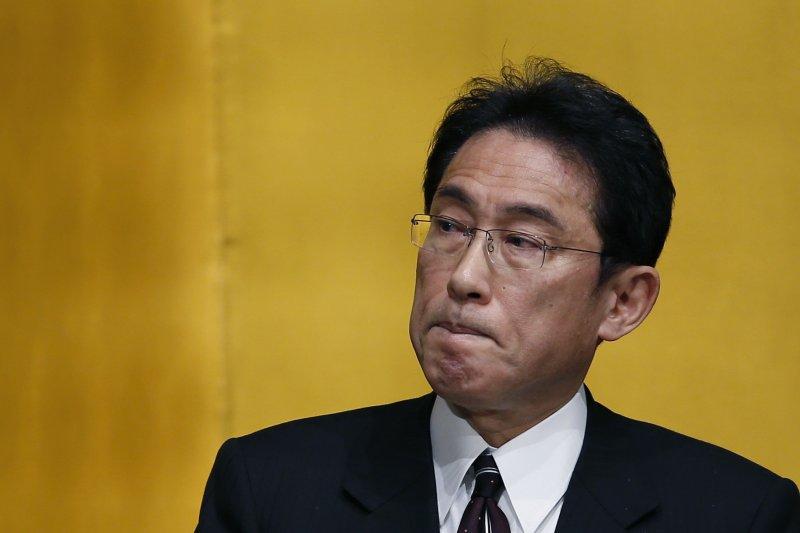 日本外務大臣岸田文雄2日重申「沖之鳥島」確實是「島嶼」,並向台灣表示「遺憾」。(資料照,美聯社)