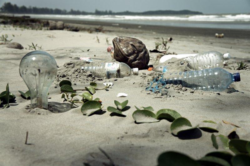 塑膠垃圾充斥海洋(取自Flickr/epSos .de:Water Pollution with Trash Disposal of Waste at the Garbage Beach)