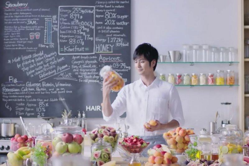 在日本女生心中,會料理的男生加分不少(截自youtube)