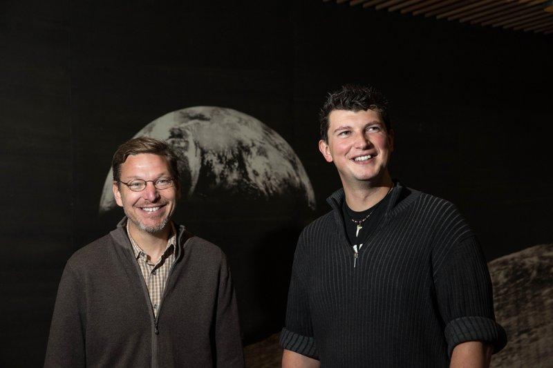 推測太陽系的「9號行星」存在的兩位天文學家布朗(左)與巴提金(Caltech)