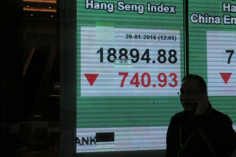 香港正面臨嚴峻挑戰,昨恆生股市再探低點至18833點,累計波段跌幅高達34.12%。(美聯社)