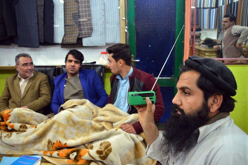 阿富汗人手一台收音機(美聯社)