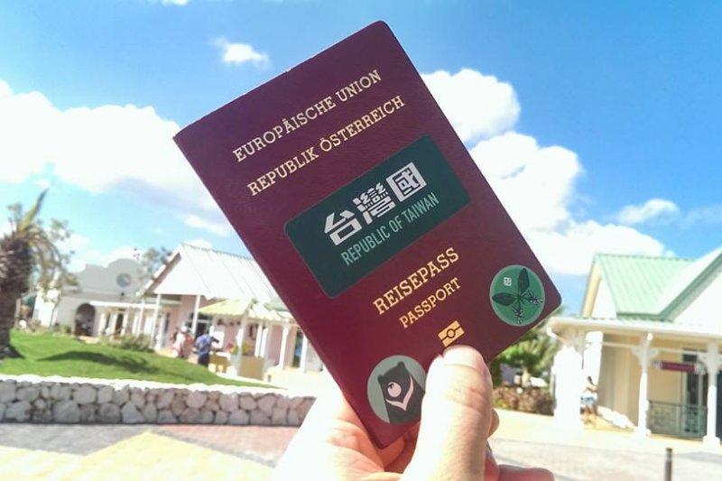 原創者老丹表示,用簡單的貼紙散播力比懶人包更有效(取自台灣國護照貼紙 Taiwan Passport Sticker臉書)