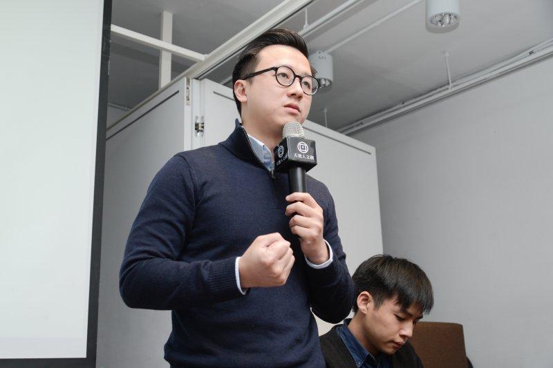國民黨青年組成「草協聯盟」力促黨內改革,前青年團執行長李正皓向說明會的青年生力軍們說明理念。(林俊耀攝)