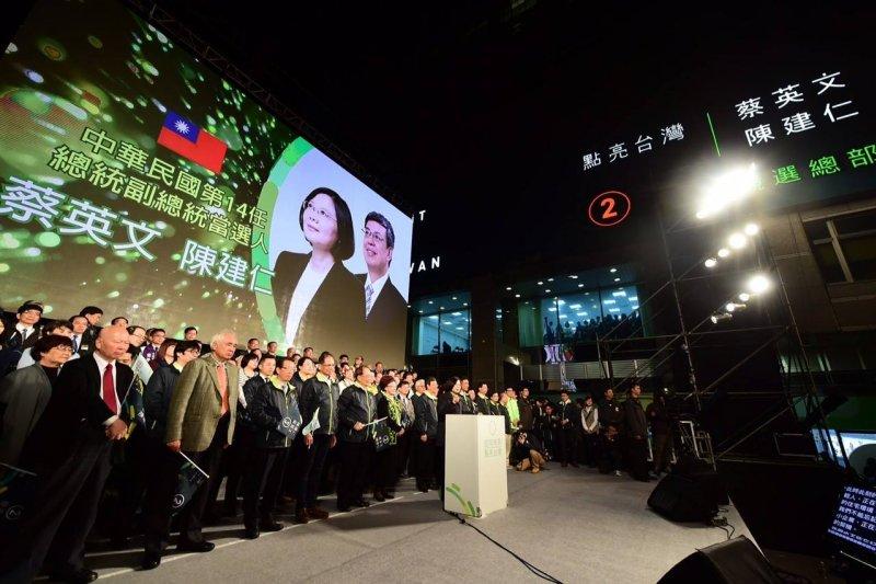 民主是台灣生存的依靠,也是主動出擊的利器。(圖為蔡英文總統當選夜/美聯社)